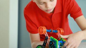 Educatie STEM, Jucarii STEM copil construtind un robot