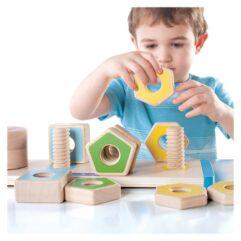 Copil jucandu-se cu jucării din lemn