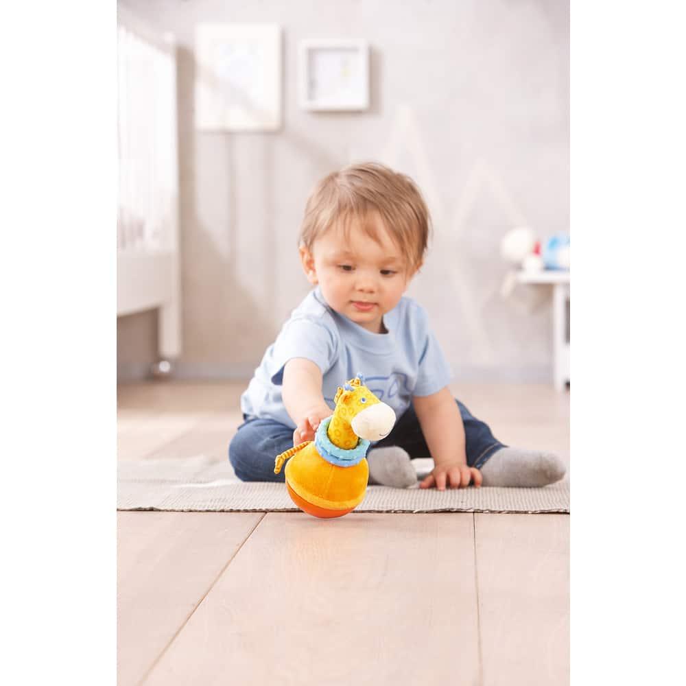Copil ce se joaca cu Jucărie bebeluși de pluș, Roly Poly Girafa, Haba