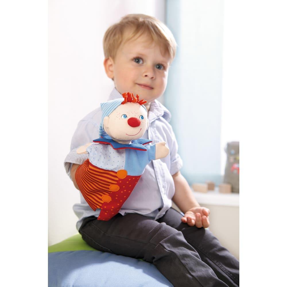 Copil jucandu-se cu papusa marioneta Kasper