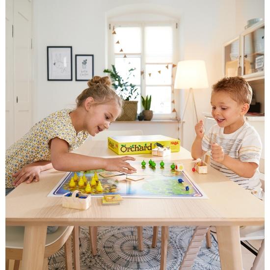 Copii jucand Orchard – În livadă, Haba