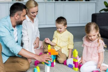 Parinti si copii ce se joaca cu cuburi